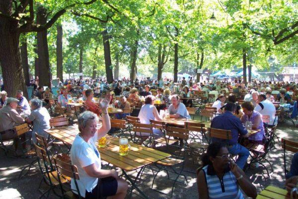 Biergarten (vườn bia) là nơi uống bia phổ biến nhất của người Đức