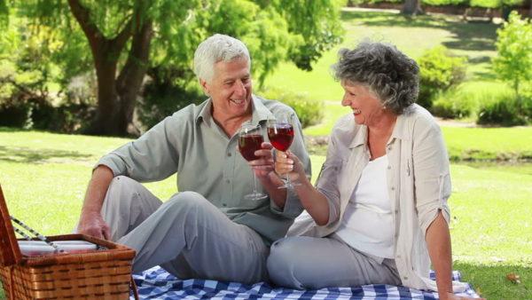 Người già uống vang tốt cho sức khoẻ